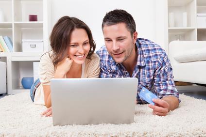 Paar beim Online Einkauf